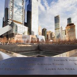Het nieuwe World Trade Centre en het gedenkteken aan het oude.