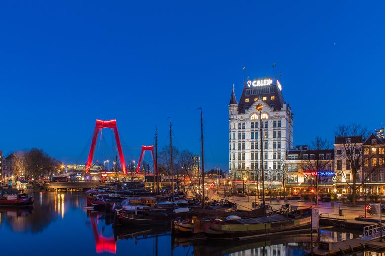 Oudehaven Rotterdam - De Oudehaven in Rotterdam tijdens het blauwe uurtje. Met de Willemsbrug en het Witte huis als bekende landmarks. <br /> <br />