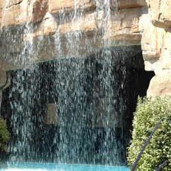 Waterval bij het zwembad