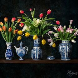 Stilleven met tulpen en Delftsblauwe vazen