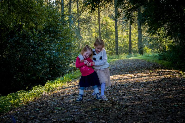 Zusjes - De zusjes vermaken zich goed in het bos