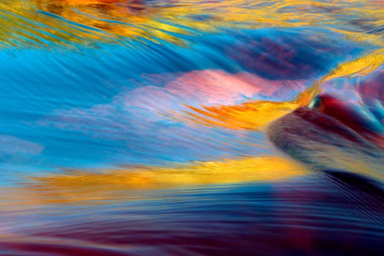 Reflecties - Reflecties van rotsen en blauwe lucht in Rio Tinto Spanje