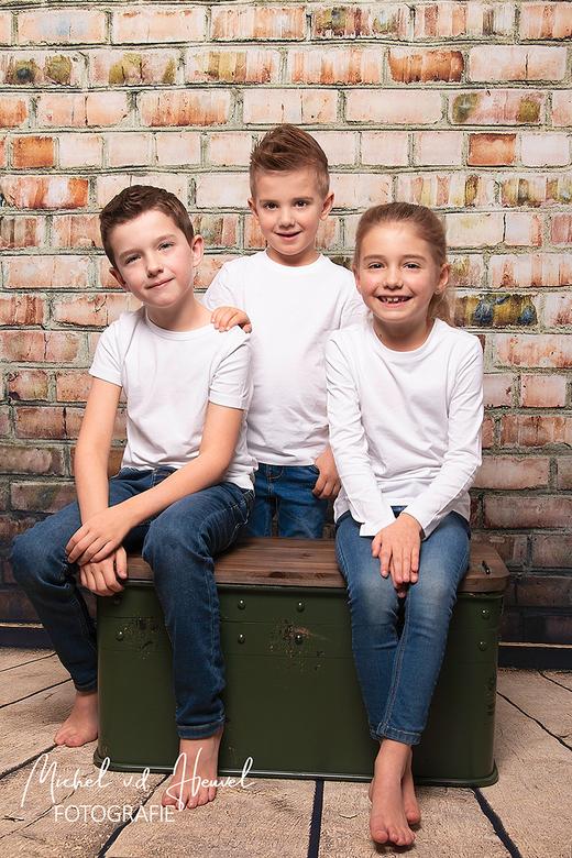 Familie - Een familie portret van twee neefjes en een nichtje. De drie verschillende karakters van deze kinderen komen mooi naar voren in deze foto. <