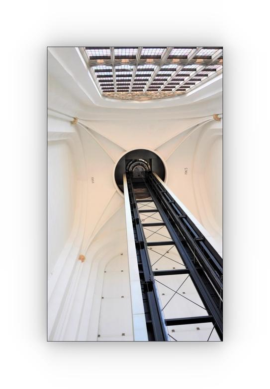 De Toren Experience. . . - ARNHEM - Eusebius Kerk.<br /> Open Monumentendagen.<br /> <br /> De glazen panoramalift die door de kerktoren omhoog gaa