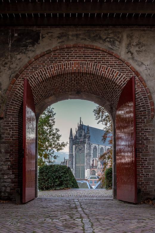 Doorkijkje - Een doorkijkje vanaf de Burcht in Leiden naar de Hooglandse kerk.