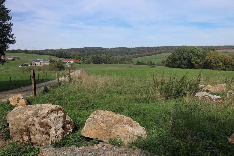 Belgische Ardennen. - Wandeling omgeving Durbuy met in de verte een gedeelte van het dorpje Septon, de rest van het dorp is niet te zien ligt verder