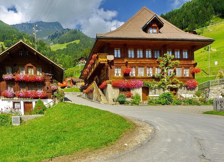 Zwitserland. - Zo chalet hoort ook helemaal thuis in het Zwitserse landschap.<br /> Vanaf het einde van de 18e eeuw nam de gevoeligheid voor natuur e