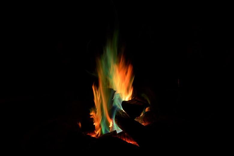 Lekker bij het kampvuur - lekker warm bij dit gekleurde kampvuur in het bos.