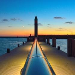Zonsondergang op een pier in Harlingen