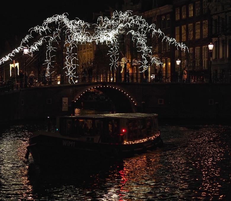 Spider on the Bridge - Het Amsterdam Light Festival is ook in 2018 een enorme publiekstrekker.<br /> <br /> Bijna alle kunstwerken zijn te zien lang