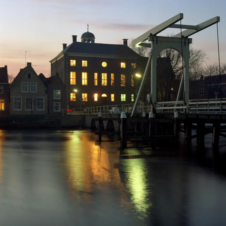 Stadhuis bij avond - 1980 Stadhuis Enkhuizen bij avond.<br /> Fotograaf; Harry Bedijs<br /> Copyright; Stichting Foto Bedijs.
