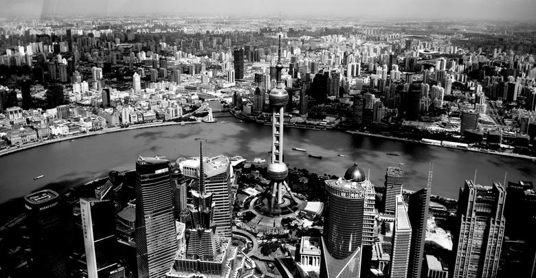 Skyline over Shanghai - Vanaf het hoogste uitzichtpunt in Shanghai heb je een geweldig uitzicht over een stad met twee gezichten, gescheiden door een