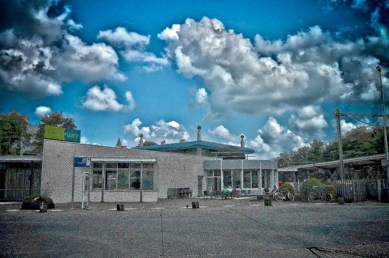 The sky is the limit...... - The sky is the limit..............<br /> <br /> in Assen op het NS-station.<br /> Diverse vormen van bewerking.