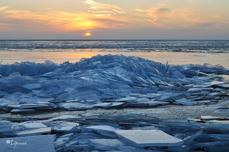 Kruiend ijs, Urk 2013 - Kruiend ijs bij zonsondergang, Urk 2013