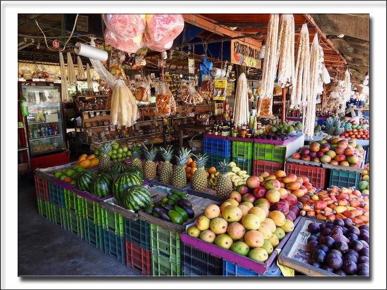 Fruitstal - In Costa Rica komt je zoals in veel tropische landen heel veel fruitstallen tegen. Bij deze stal was geen nee te koop.<br /> Iedereen bed
