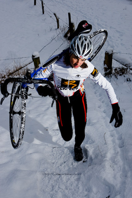 Esther in de sneeuw 2 - Wat plaatjes in de sneeuw gemaakt met de Cross fiets en de nieuwe kleding.