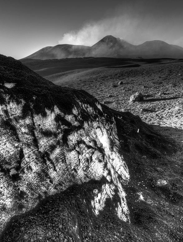 Etna in het zwart wit - Een foto gemaakt boven op de etna met een groot contrast. Met ijs op de voorgrond en op de achtergrond de active kraters.