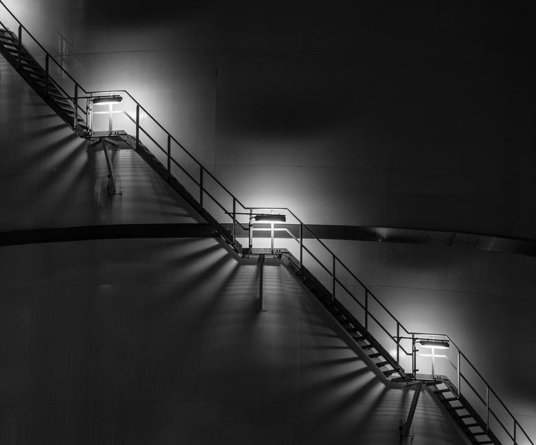 Shadows - Een plaatje dat me al een paar keer opgevallen was tijdens een nachtelijke rit naar huis over de A15: de schaduwpatronen van de verlichte tr