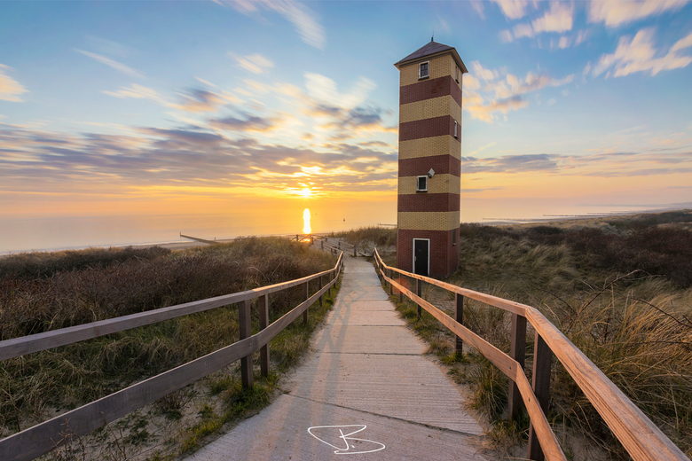 Hope & Memory - Zonsondergang aan het strand bij Dishoek, met op de voorgrond de vuurtoren Kijkduinen Laag.