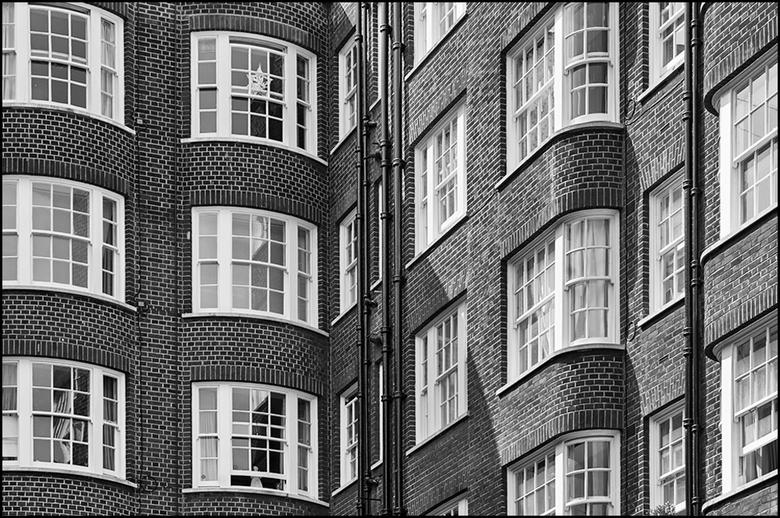 Londen 94 - Wanneer je het metselwerk etc van historische gebouwen bekijkt, zul je ontdekken dat men het zichzelf toentertijd  niet echt gemakkelijk h