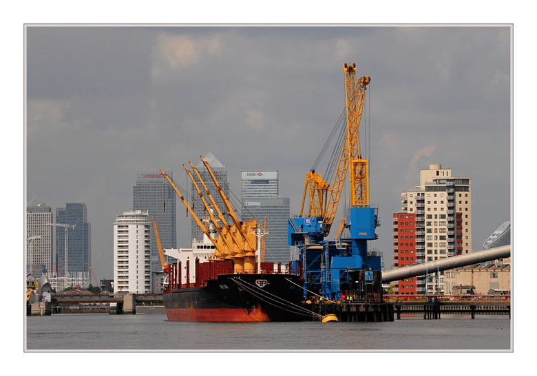 Skyline Londen 1 - Een kleurrijk en gevarieerd zicht op de skyline van Londen.<br /> <br /> Genomen vanaf de boot varend op de Thames<br /> <br />