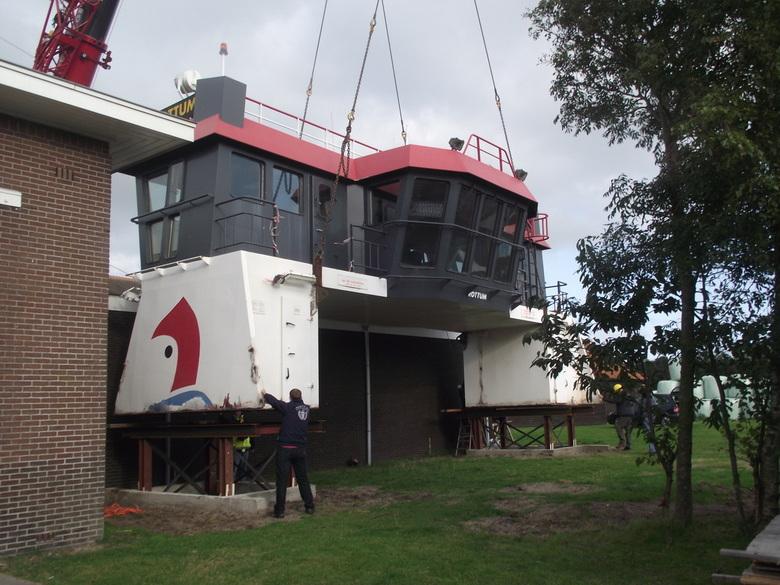 Scheepsbrug - Commandobrug wordt bij het maritiemmuseum geplaatst