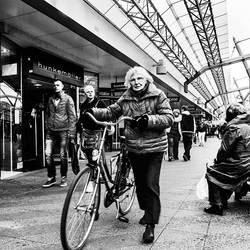 Dame met fiets