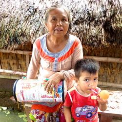 Oma met kleinkind op Lombok