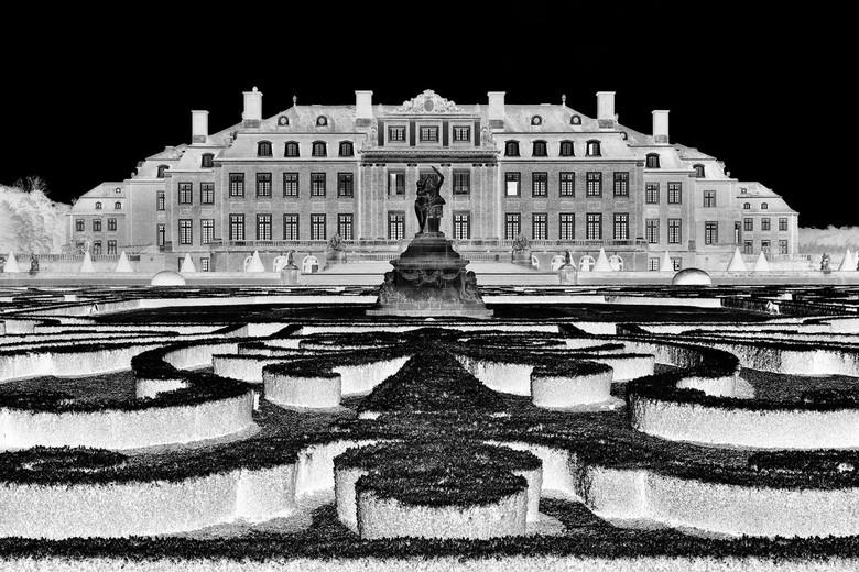 Schloss Nordkirchen en tuinen - Bezoek Schloss Nordkirchen.<br /> Geïnverteerde zwart-wit bewerking.<br /> <br /> Schloss Nordkirchen is een paleis