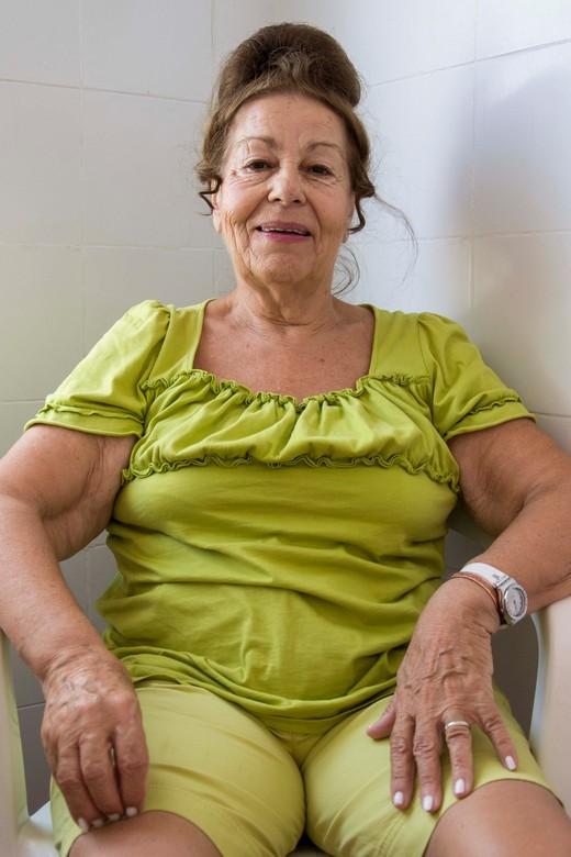 De dame in het badhuis - Het dorpje Therma in Ikaria (Griekenland) is bekend vanwege de natuurlijke hot springs. Deze Griekse vrouw zat samen met haar
