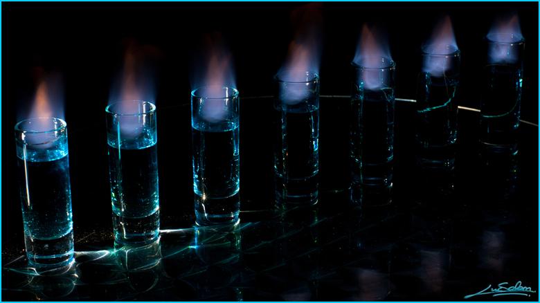 Spiritus sanitas - Een foto bij weinig licht, van glaasjes met brandende spiritus.