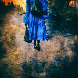 verlasse die brennende Stadt im blauen Mantel