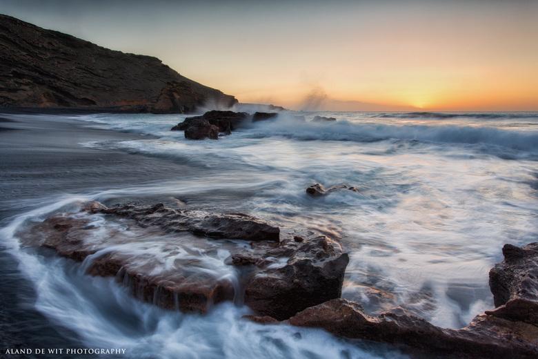 Tide is Coming - Vloed is opkomend op dit strand. Ongelofelijk wat een verschil tussen hoog en laag water op het eiland Lanzarote. Scheelt anderhalve
