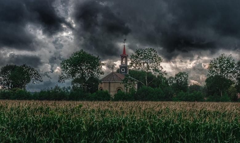 Rotonde kerk Terband  - Regenachtige dag , mooie kerk met rode toren vlakbij Heerenveen in Friesland in combinatie met de maïsvelden!