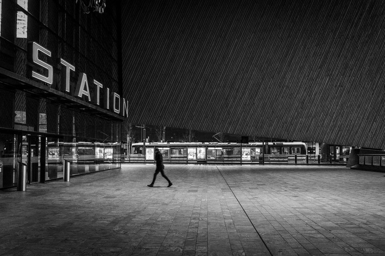 Catching the train - Ik zag dit beeld ontstaan, en hoopte de man alleen op de foto te krijgen voor het moment voor bij wat , en de tram vertrokken.