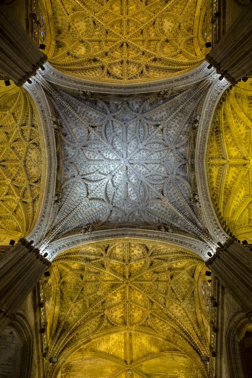 Spanje 61 - Prachtig bewerkt plafond van de kathedraal van Sevilla.
