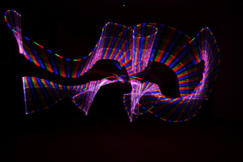 Light painting 01 -  Met een aantal leden van onze fotoclub hebben we een avond geëxperimenteerd met light painting. Met open lens in het donker beweg