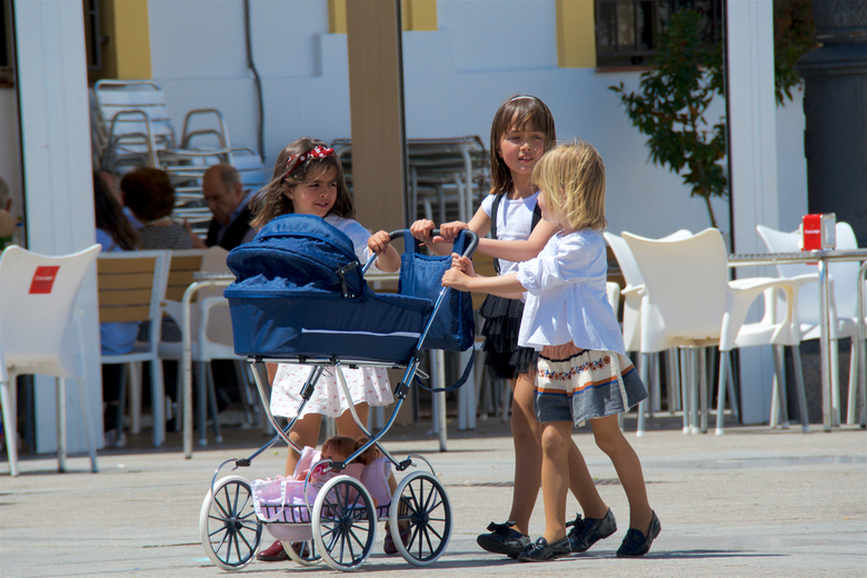 popenwagen 1 - Dag 20:<br /> <br /> in Lepe, de kinderen spelen. De een in zijn eentje een bal weg trappen, een ander op rolschaatsen, weer anderen
