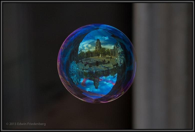 World in Bubbles: Dom van Utrecht - World in Bubbles is een serie foto's van zwevende zeepbellen waarin de refelctie te zien is wat achter de fot