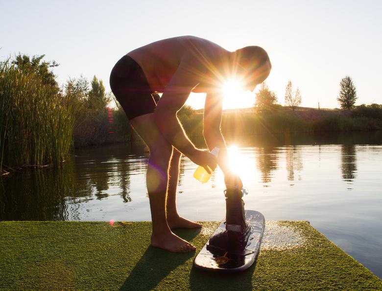 Sunrise at the lake - Een mooie ochtend op een meer. Een waterskier maakt zich klaar om te gaan waterskien.