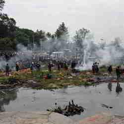 Lijkverbranding op een eilandje in de Bagmati River