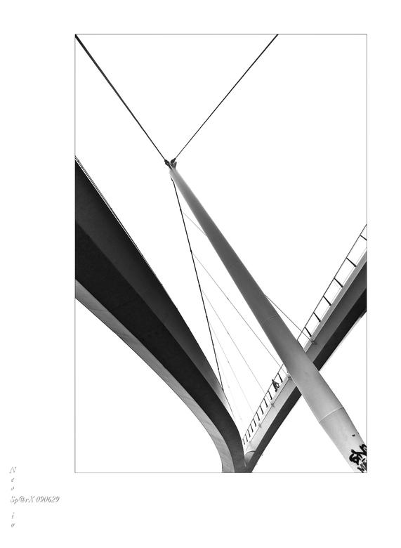 nescio 7 - de diagonale lijnen versterkt, scheef in beeld, naar zwart wit toe bewerkt<br /> <br /> gr. hans