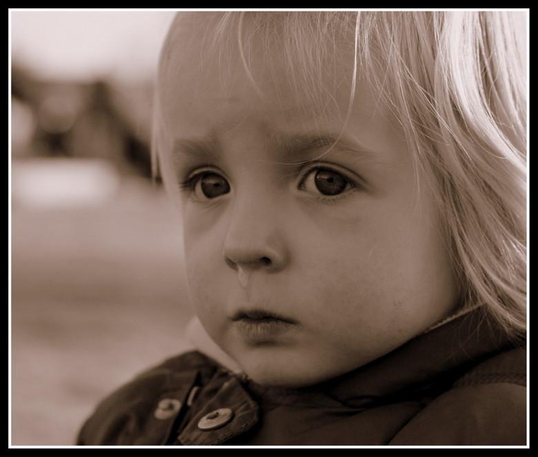Mevrouwtje snottebel... - Lekker aan het oefenen met mijn 50 mm lens met vast brandpunt. <br /> Lekker buiten aan de wandel met mijn zus en haar 2 me