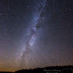 De Melkweg met verlichte voorgrond