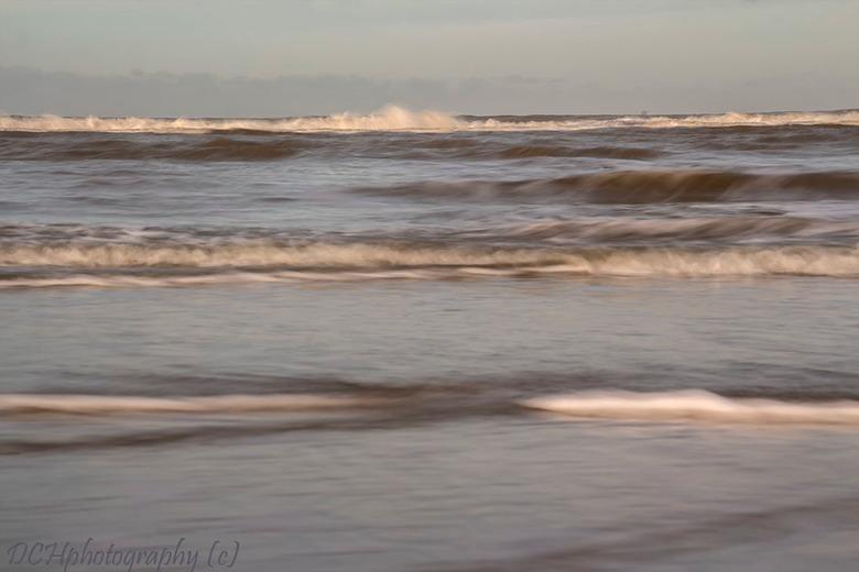 De zee - Vandaag eindelijk een zonnige dag met wat bewolking weinig wind ideaal om naar het strand te gaan en weer eens lekker zitten spelen met lange