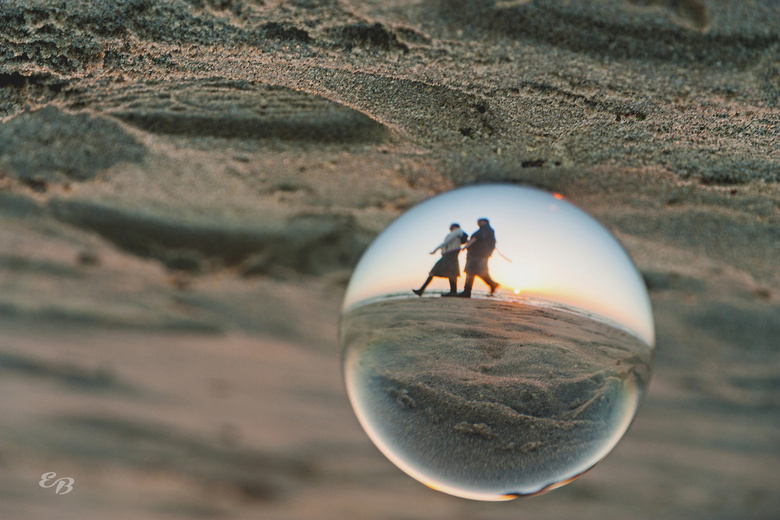 Walk around the world - Eind oktober 2014<br /> <br /> Experiment met de bol. Als kadootje kwamen twee dames langs. Ze vroegen of de bol was aangesp