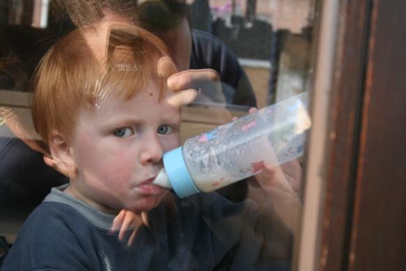 Flesje troost - Onze Yoran en zijn flesje troost.