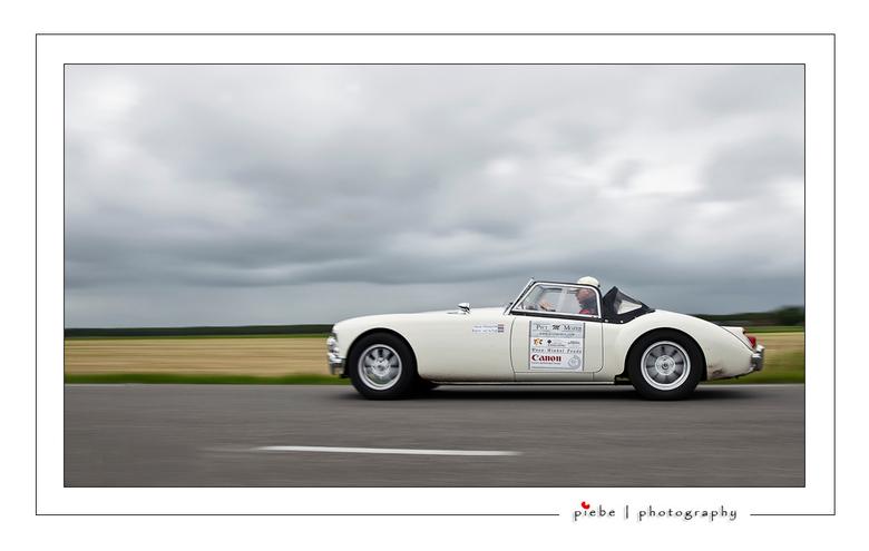 Rally rijden - Eindelijk weer eens tijd voor zoom, ik heb het heel druk momenteel. Vanmiddag kwam ik nabij Joure terecht in een rally van oude auto&#0