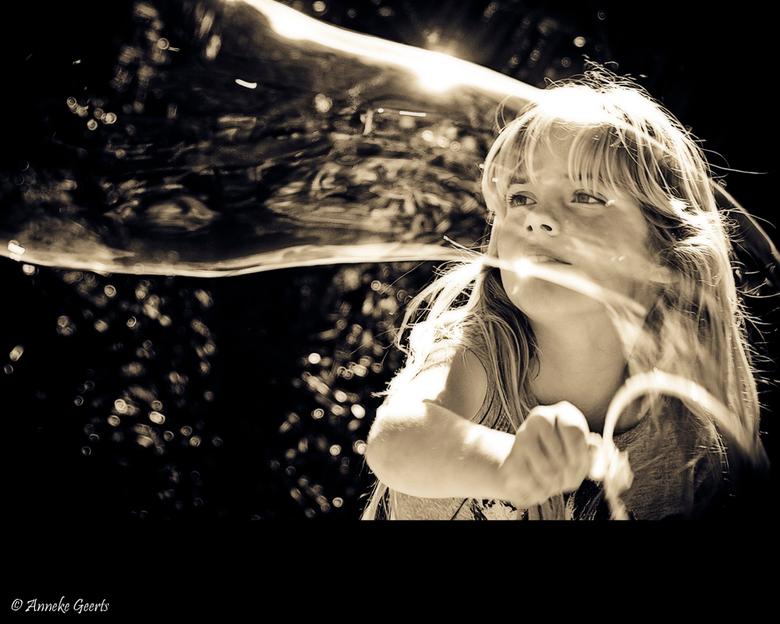The biggest bubble! - Een wedstrijdje onder de meiden om de grootste zeepbel te maken.<br /> Tess had toch wel 1 van de grootste waar ik dankbaar geb