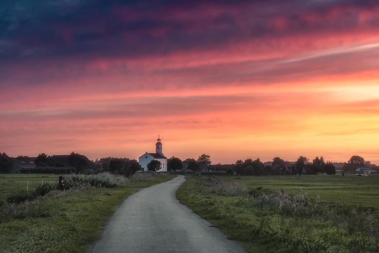 Little White Church - Vooral in het najaar zijn de weersomstandigheden erg onvoorspelbaar en komen prachtige zonsondergangen uit het niets opzetten. S